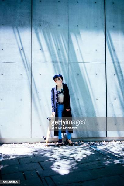 a woman with a skateboard - yusuke nishizawa ストックフォトと画像