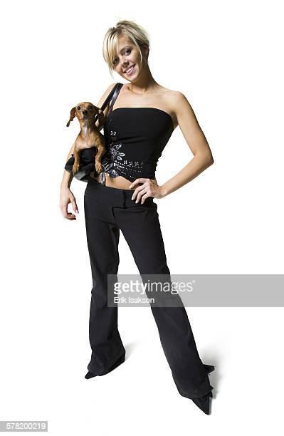 woman with a small dog in her purse - cão fraldeiro - fotografias e filmes do acervo