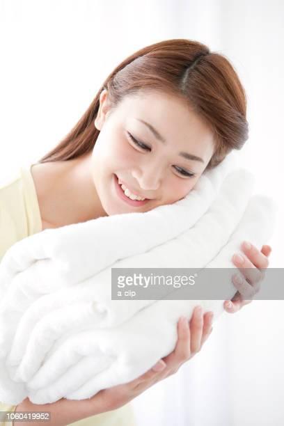タオルを持つ女性 - ふわふわ ストックフォトと画像