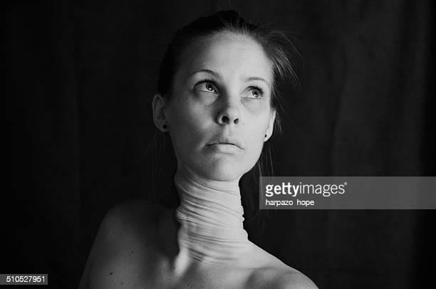 woman with a twisted neck. - verdreht stock-fotos und bilder