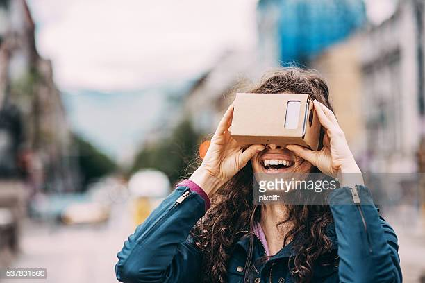 Mujer con un simulador de realidad virtual