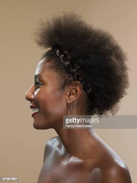 woman with afro and hoop earrings - chica adulta negra espalda desnuda fotografías e imágenes de stock
