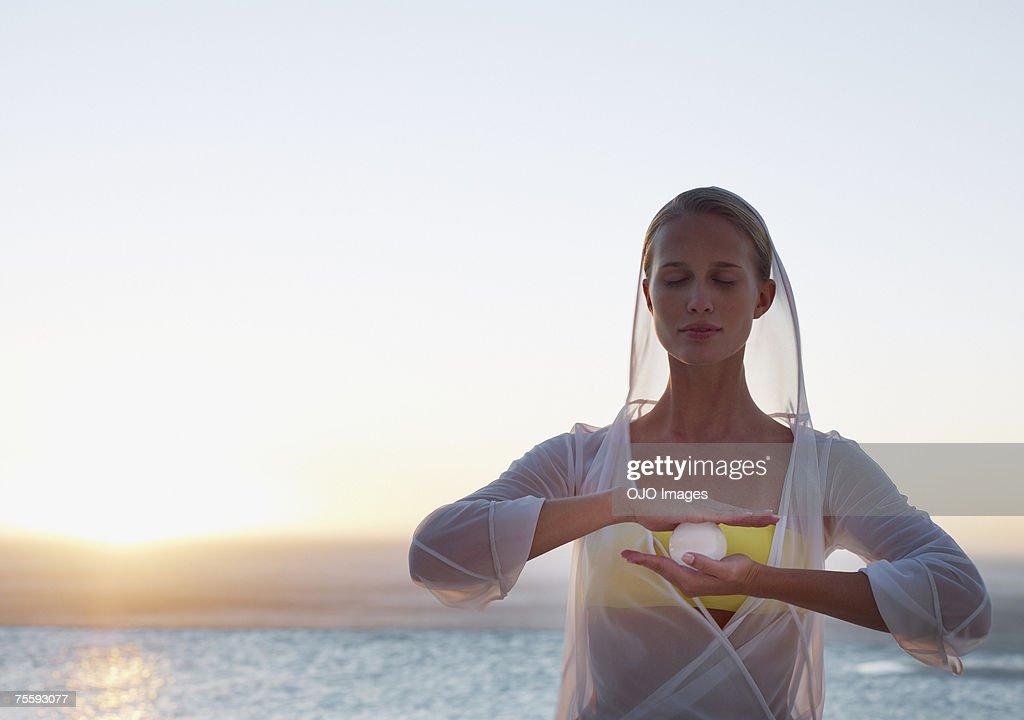 Mujer con sus manos orb entre : Foto de stock