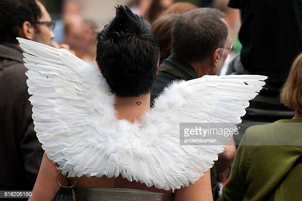 Femme avec des ailes d'ange sur fierté défilé de Stockholm