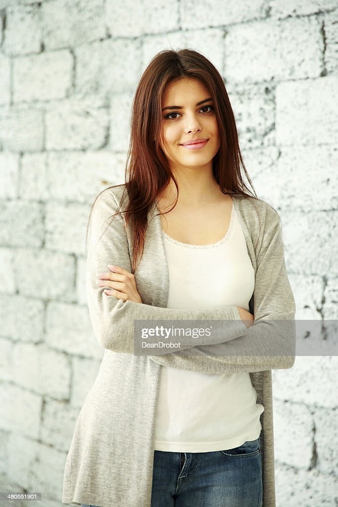 Mujer con los brazos de pie doblado : Foto de stock