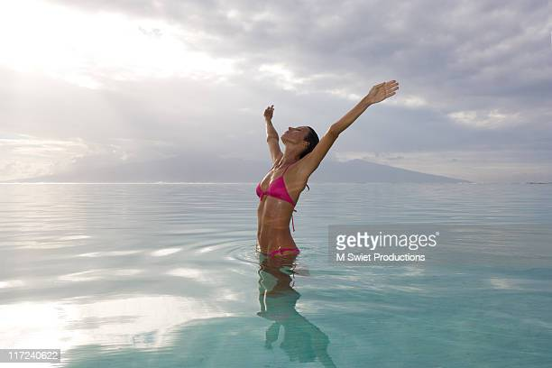 woman with arms outstretched free and happy - femme tahitienne photos et images de collection