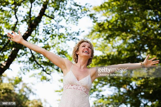 woman with arms wide open - einzelne frau über 30 stock-fotos und bilder