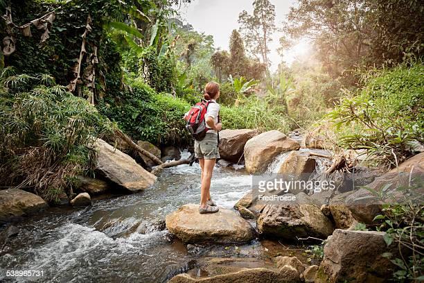 Femme avec sac à dos de randonnée dans la forêt de la rivière