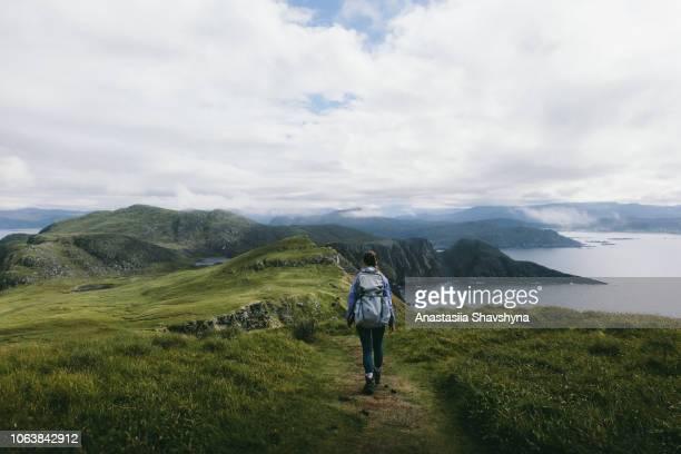 vrouw met rugzak wandelen op runde eiland in noorwegen - noorwegen stockfoto's en -beelden