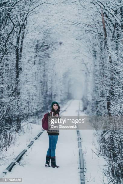 冬の愛のトンネルでバックパックの立っている女性 - ウクライナ トンネル ストックフォトと画像