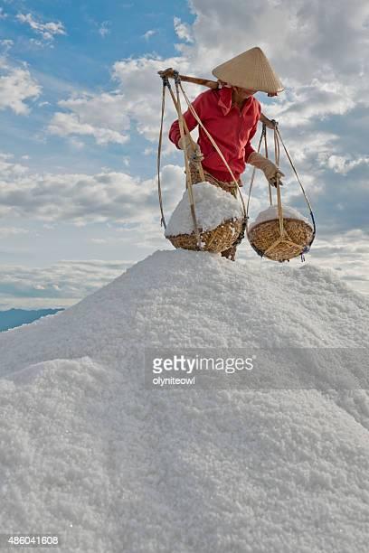 女性、バスケットの海塩