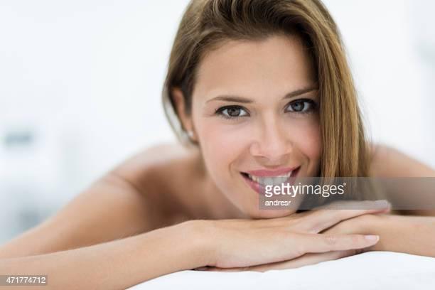Mulher com pele bonita no spa