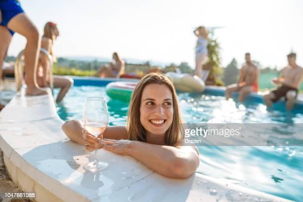 mujer con hermosa sonrisa en piscina - pool party fotografías e imágenes de stock