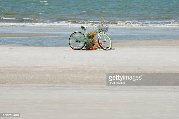 woman with bicycle at coligny beach on hilton head - hilton head stock pictures, royalty-free photos & images