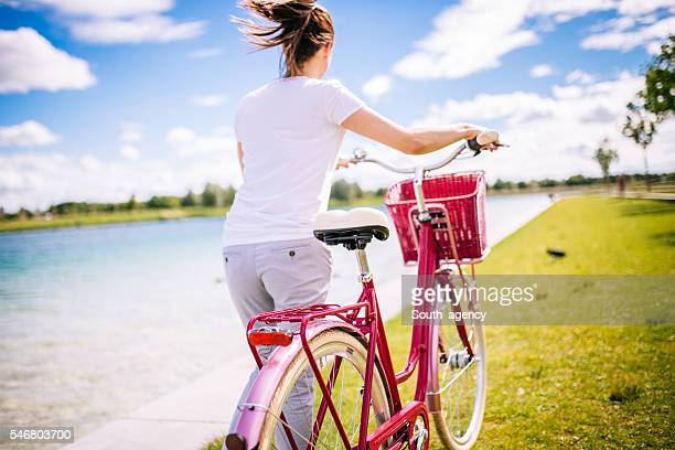 Frau mit dem Fahrrad
