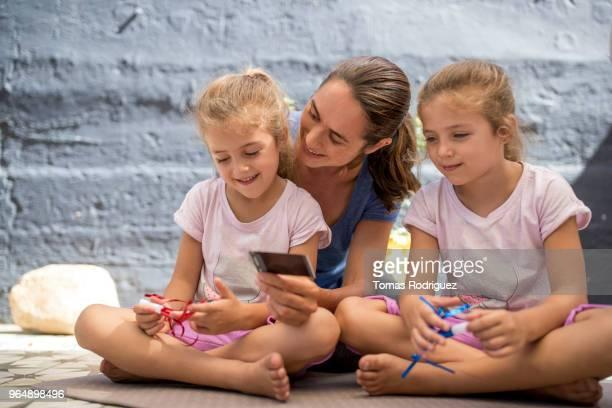 woman with birthday twin girls - zachtroze stockfoto's en -beelden