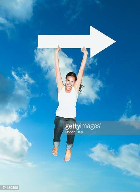 mulher com seta em branco pulando ao ar livre - atacante - fotografias e filmes do acervo