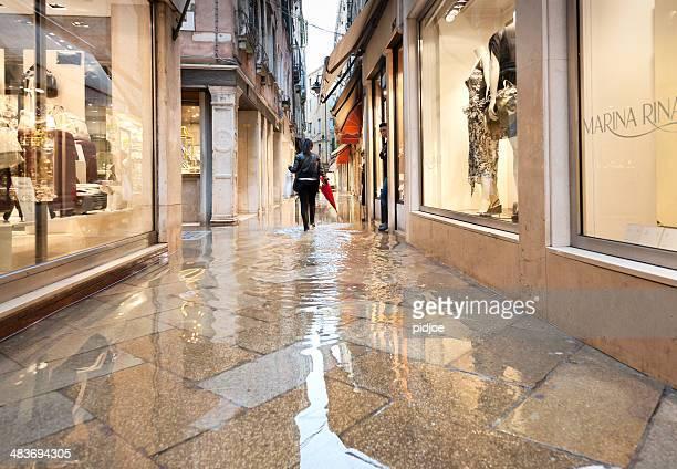 Donna con le scarpe di cammino attraverso caratteristici Vicolo a Venezia Italia