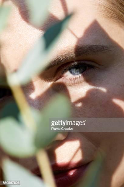 woman with botanics - natürliche schönheit personen stock-fotos und bilder