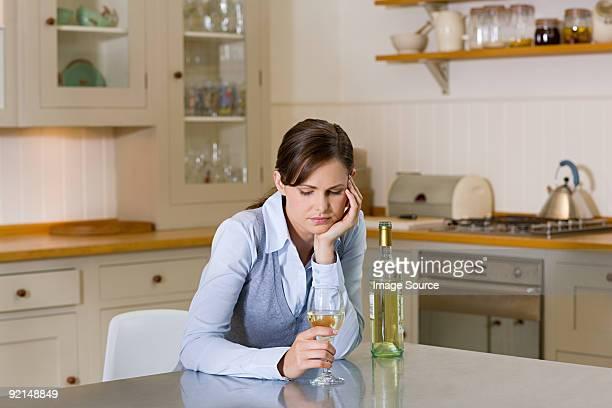 Femme avec une bouteille de vin