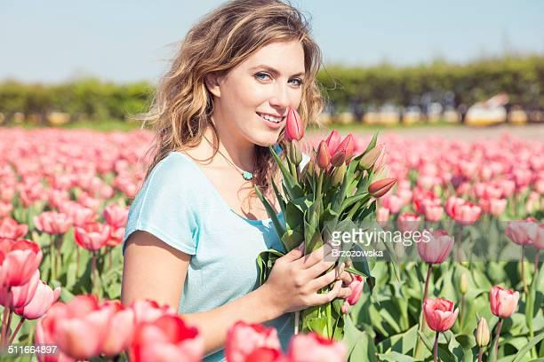 Frau mit Blumenstrauß Tulpen auf den Feld (Niederlande)