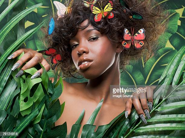 Femme avec des papillons dans ses cheveux