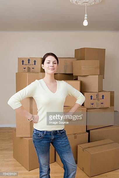 woman with cardboard boxes - main sur la hanche photos et images de collection
