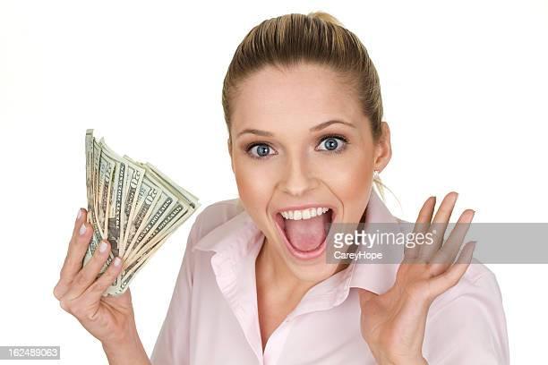 Femme avec de l'argent liquide