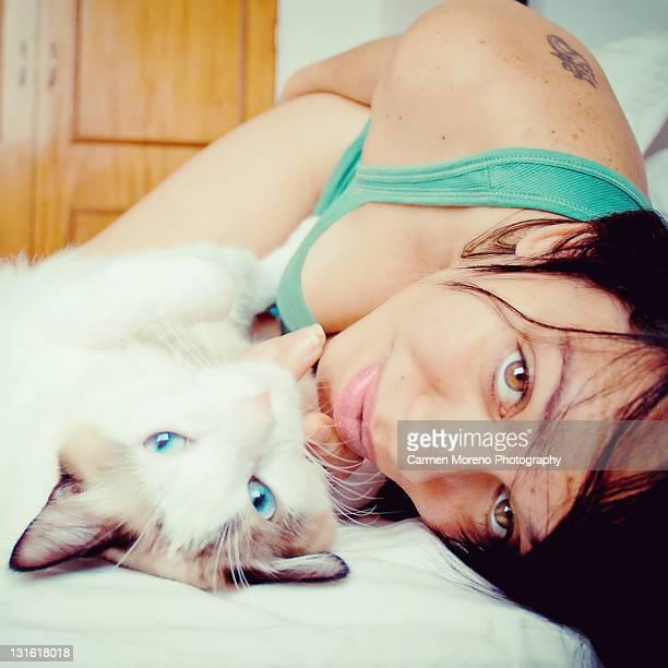woman with cat - carmen bella foto e immagini stock