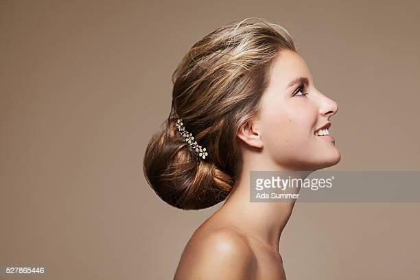 woman with chignon and hair slide - opgestoken haar stockfoto's en -beelden
