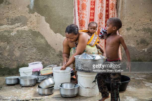 woman with children washing utensils at home - chores stock pictures, royalty-free photos & images