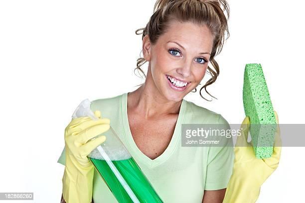 Femme avec fournitures de nettoyage