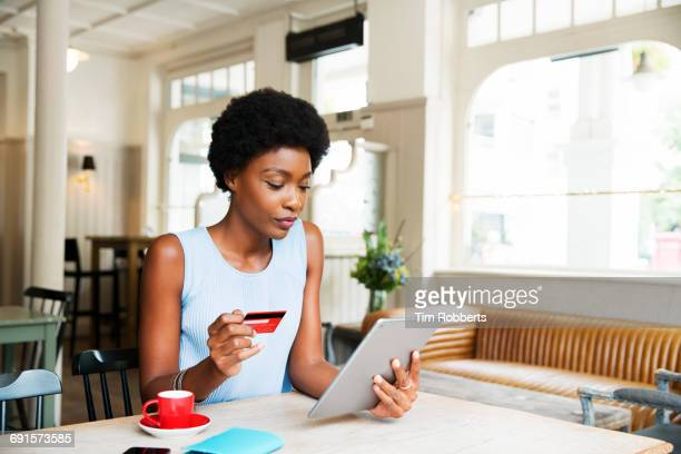 woman with credit card and tablet - onlinebanking stock-fotos und bilder