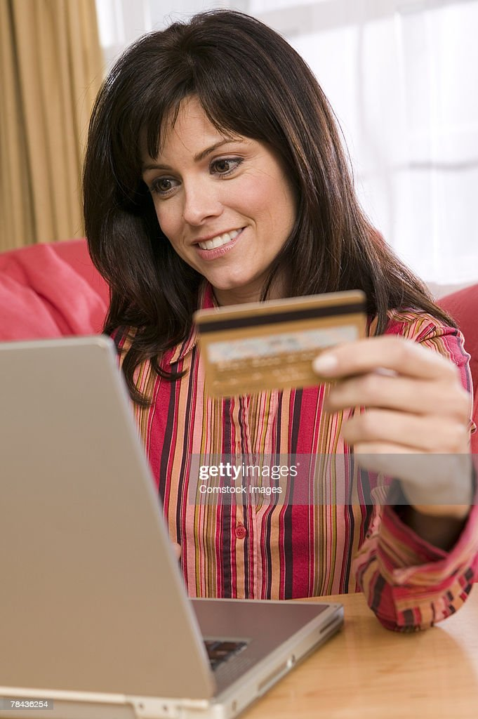 Woman with credit card using laptop : Stockfoto