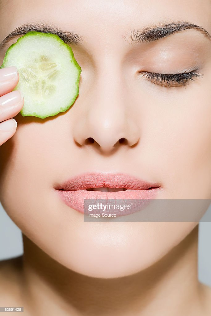 Woman with cucumber over her eye : Stock-Foto
