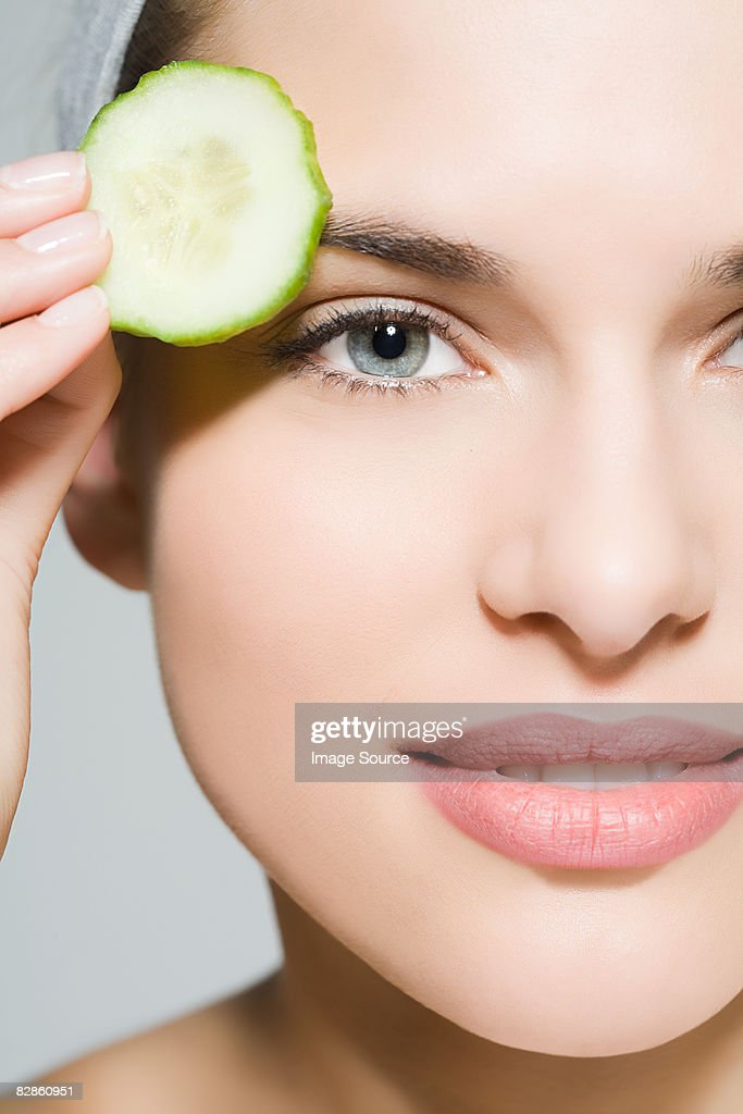 Woman with cucumber slice : Stock-Foto