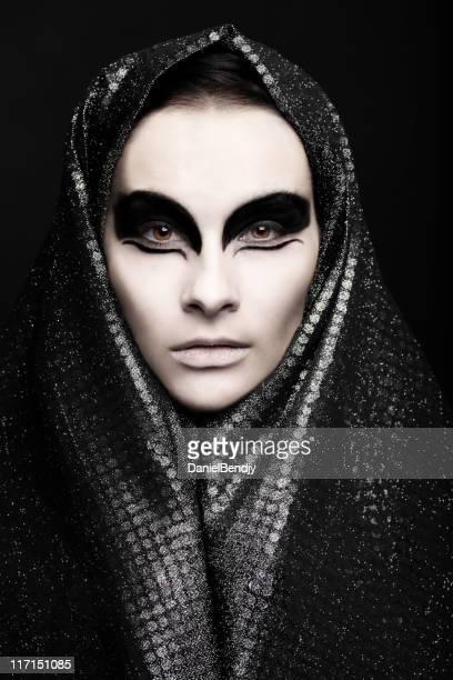 Mujer con maquillaje de ojos negro