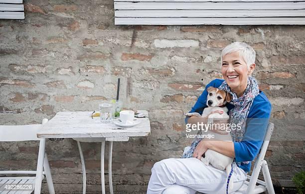 Frau mit Hund im Café