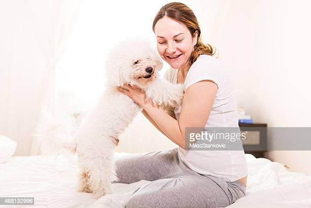 女性、犬の朝に