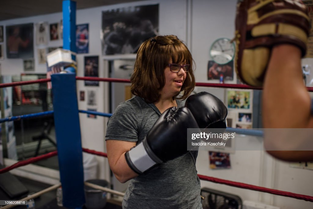 Woman with Down Syndrome boxes : Stock-Foto