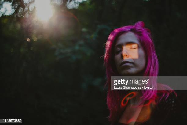 woman with dyed hair in forest - laura belli foto e immagini stock