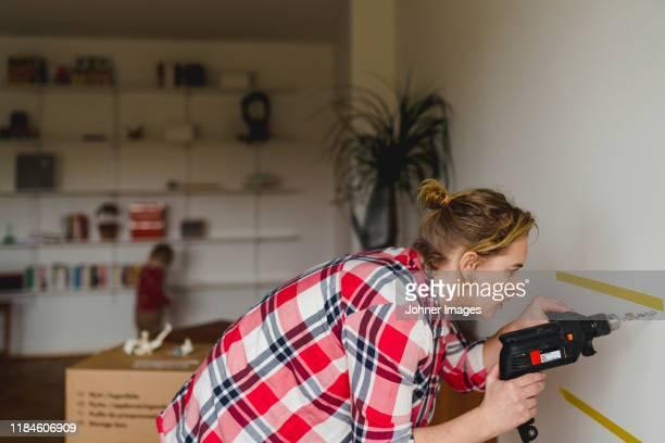 woman with electric drill - doe het zelven stockfoto's en -beelden