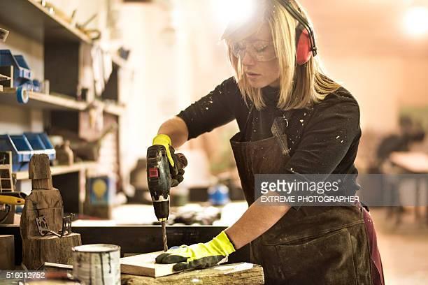 Frau mit elektrischer Bohrmaschine