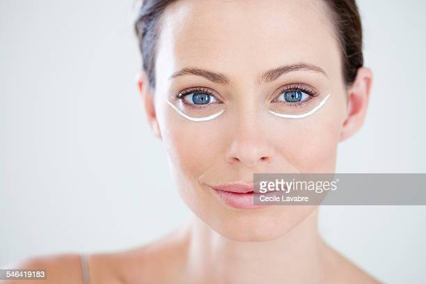 woman with eye cream - image photos et images de collection