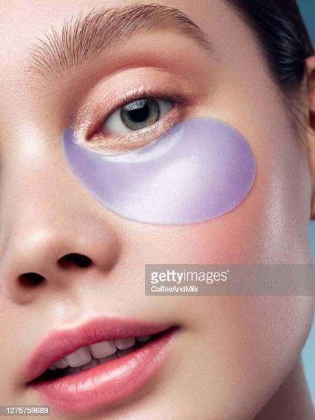 彼女の目の下に目のパッチを持つ女性 - つぎあて ストックフォトと画像