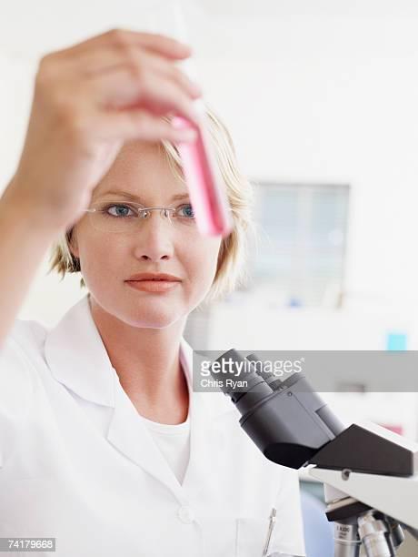 Frau mit eyeglasses Sie im Reagenzglas