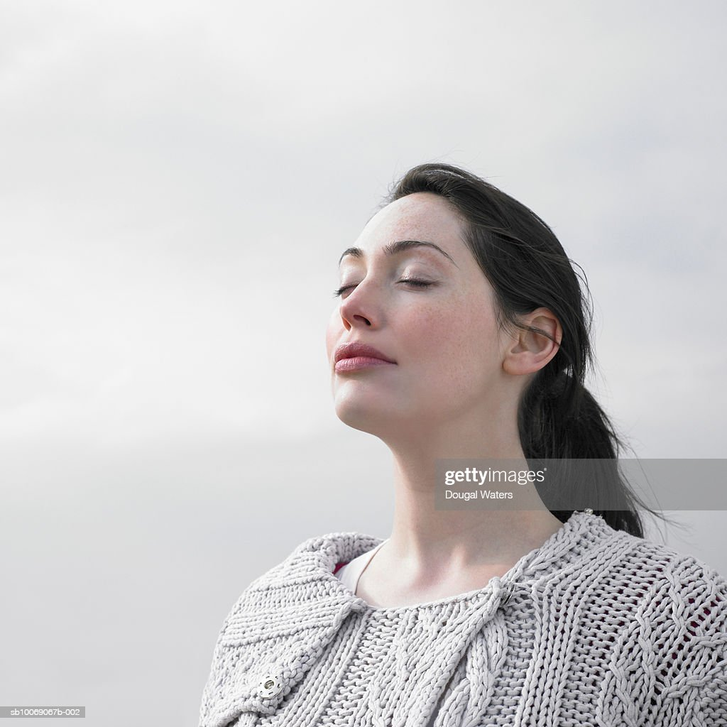 Woman with eyes closed, close up : Stockfoto