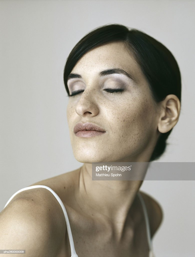 Woman with eyes closed, portrait : Stockfoto