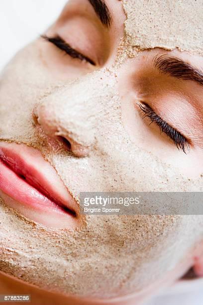 woman with face mask - lehm mineral stock-fotos und bilder