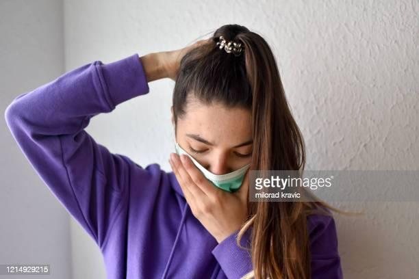mujer con protección de máscara facial de coronavirus - gonorrea fotografías e imágenes de stock